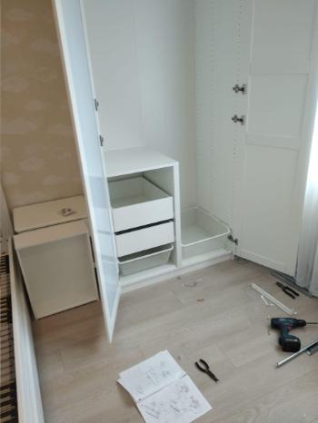 сборка шкафа с одним зеркалом в процессе