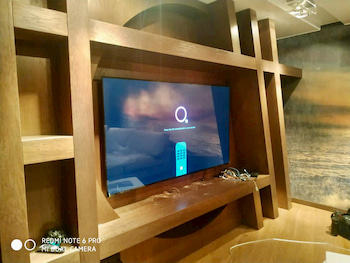 Закрепленный телевизор в стенке